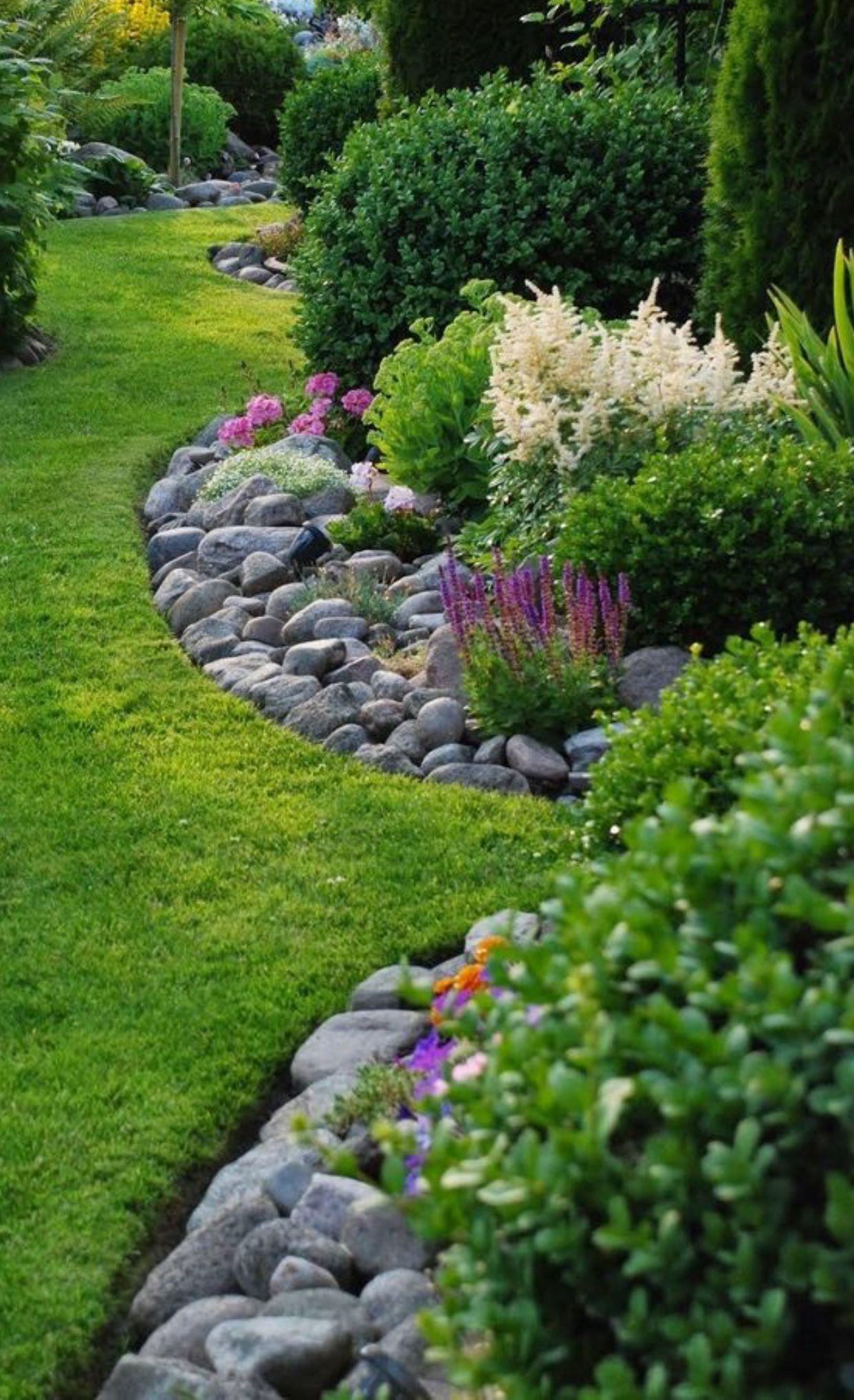 Krauterbeet Mit Steinen Warmt Und Spart Unkraut Jaten Small Backyard Landscaping Shed Landscaping Backyard Landscaping Designs