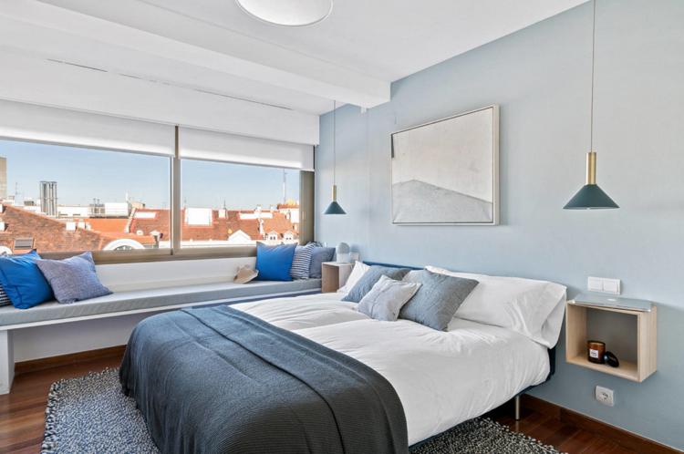 Sitzbank Schlafzimmer ~ Schlafzimmer hellblaue wandfarbe sitzbank am fenster green sofa