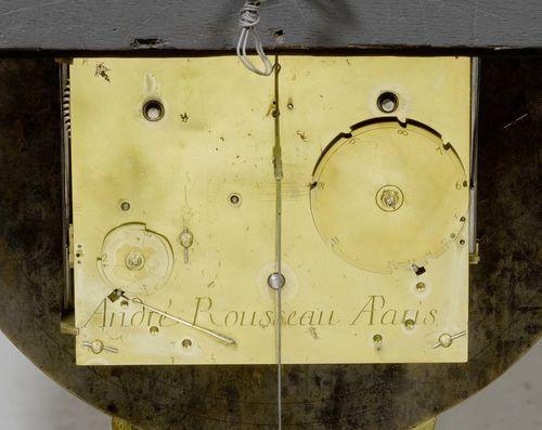 GROSSE BOULLE-PENDULE mit Sockel, Régence, das Zifferblatt u