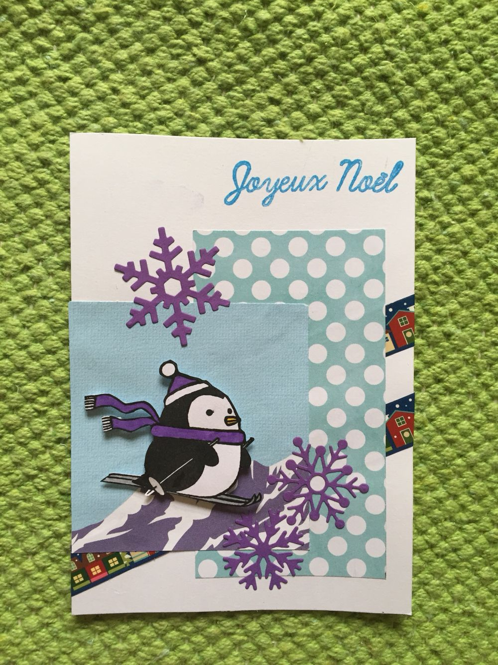 Carte de Noël avec un petit pingouin qui fait du ski.