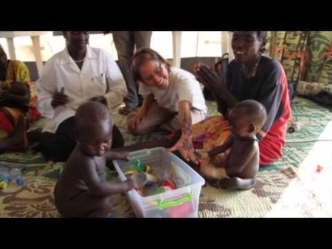 SØR-SUDAN: Det handler ikke bare om å dele ut mat, men om å stimulere barna på veien tilbake til livet. På Leger Uten Grensers klinikk i Sør-Sudan samles mødre og barn til massasje-stund i et telt. - Bistandsaktuelt