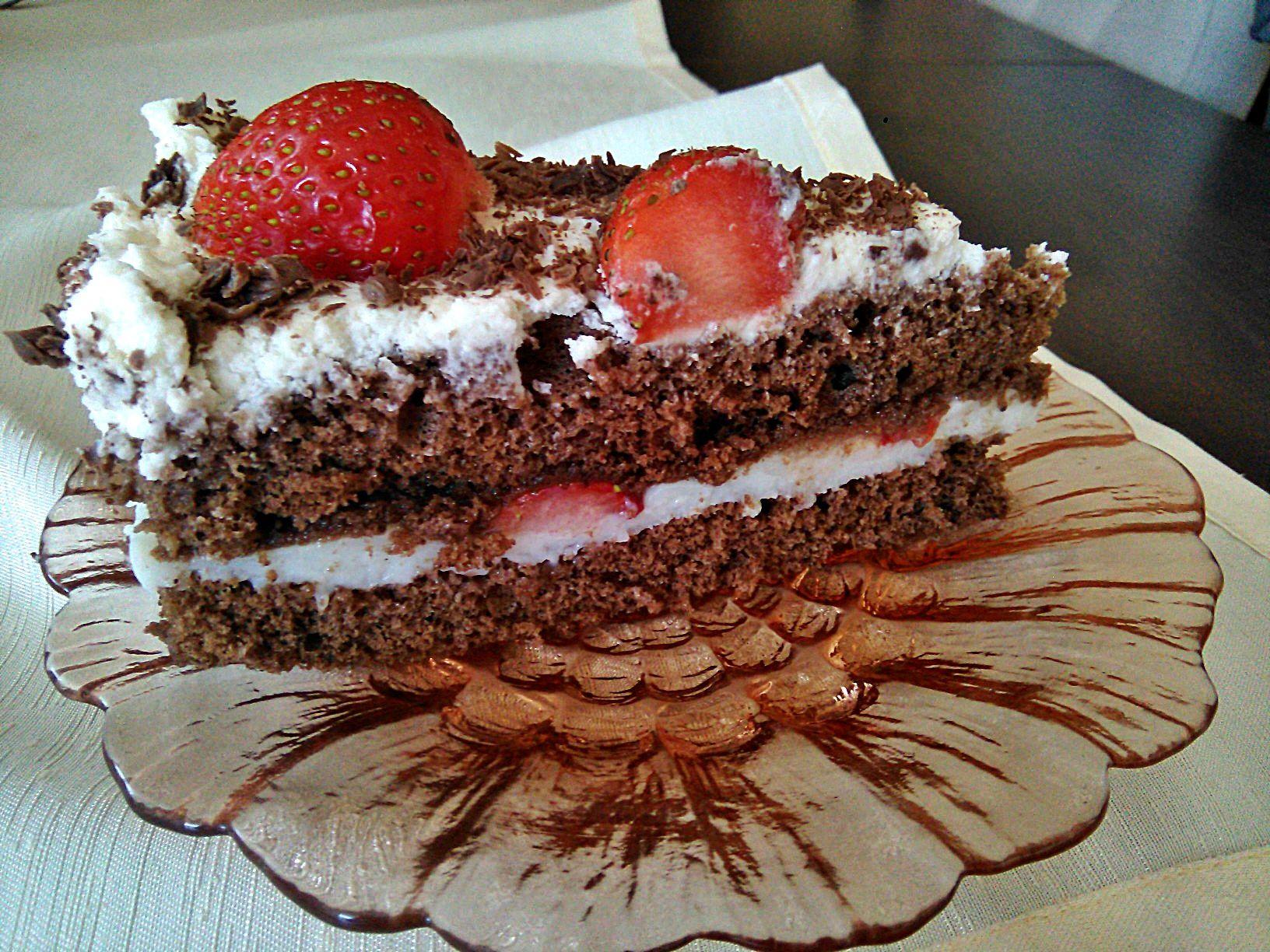 Tort czekoladowy z truskawkami, waniliowym budyniem i kokosową bitą śmietaną