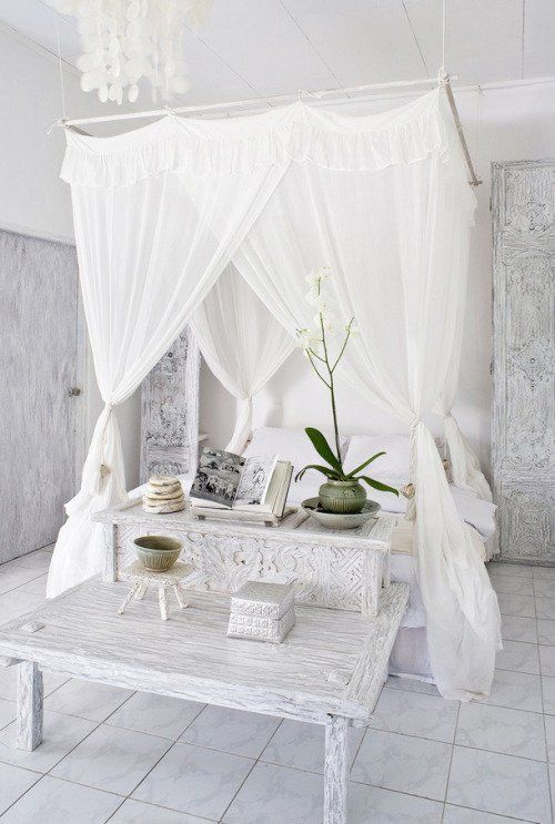 Lovely and cozy canopy bed and Moroccan texture - modern moroccan