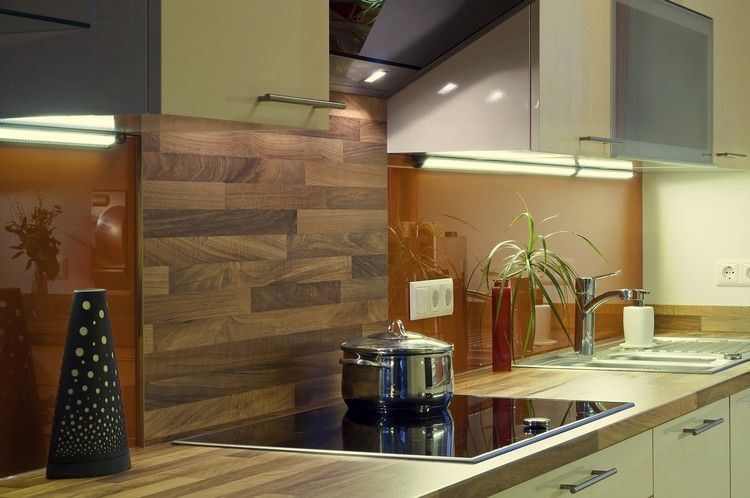 crédence de cuisine en bois massif, armoires hautes en blanc laqué