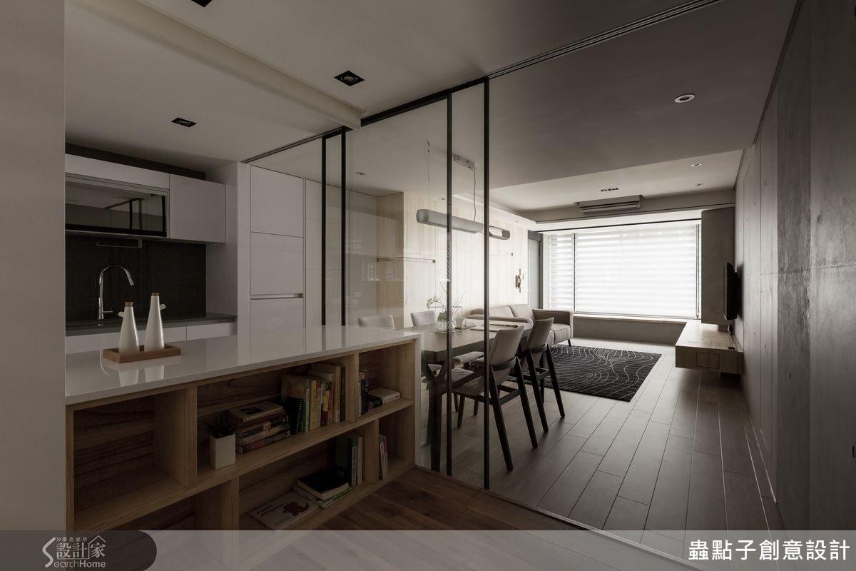 書房與餐廳利用鐵件及玻璃拉門區隔,保有空間的穿透感,讓陽光、空氣在屋內自由流動,讓人備感舒適的規劃。 Micro