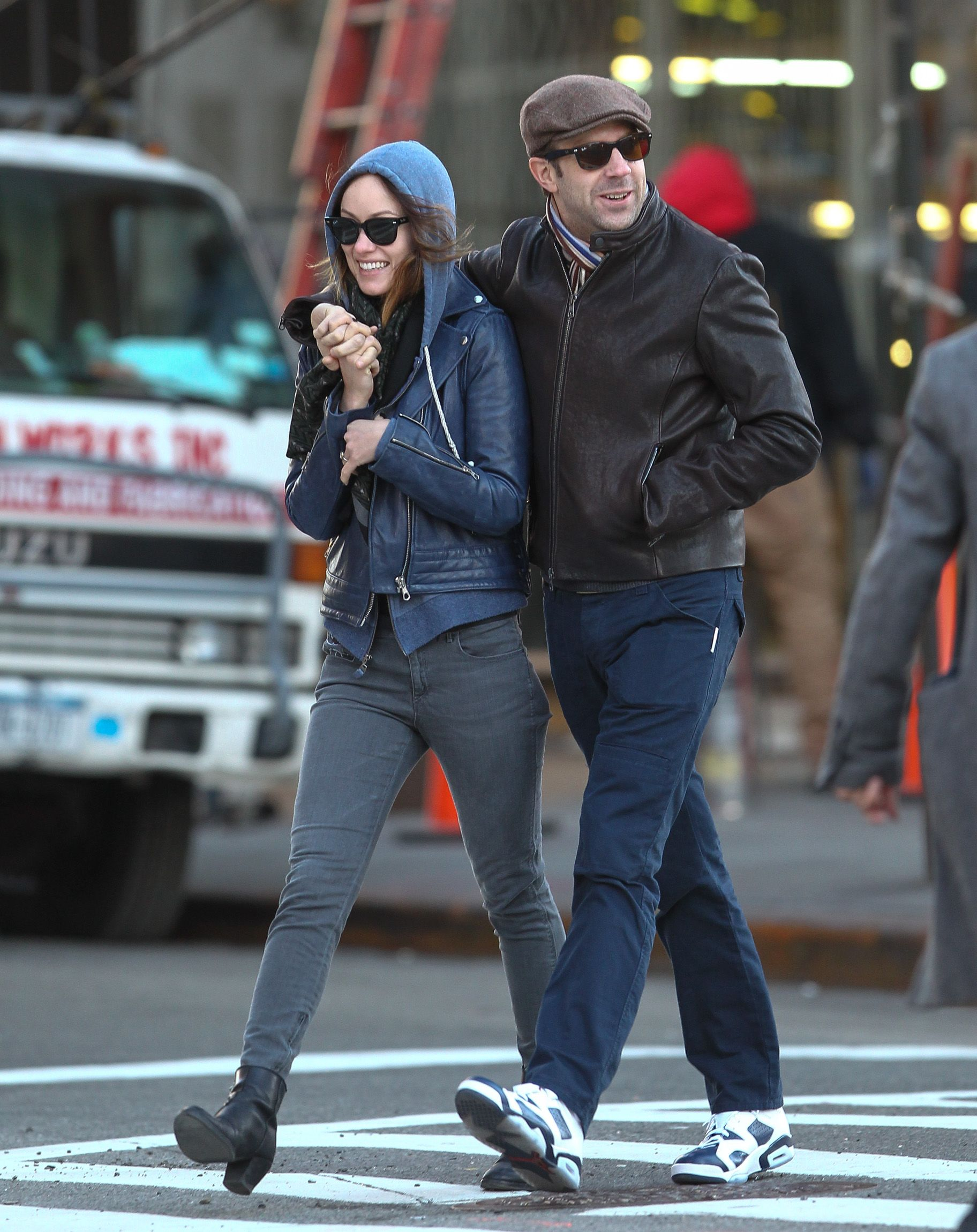 Jason And Olivia Cuddle Up As They Consider An Nyc Wedding Jason Sudeikis Olivia Wilde Style Olivia Wilde