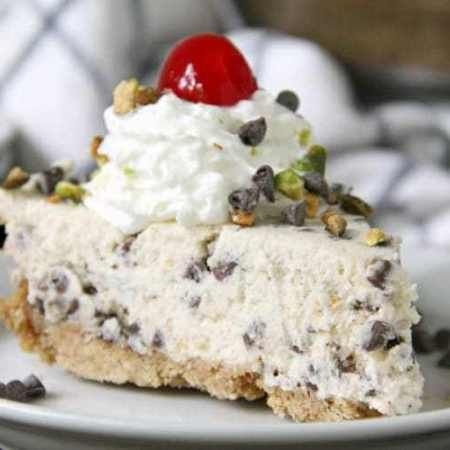 Cannoli Pie (Crunchy Crust & No-Bake Filling) - Snappy Gourmet -   15 desserts Italian chocolate chips ideas