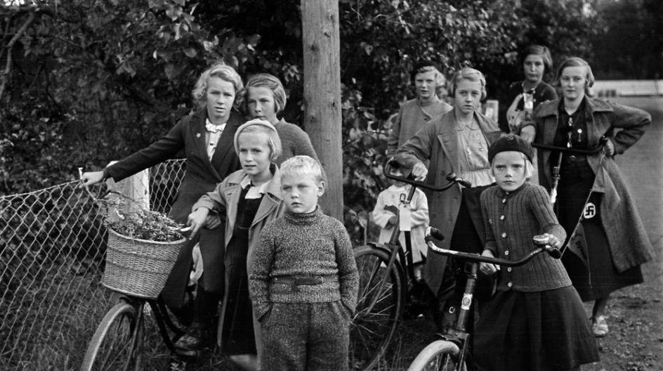 Beretninger Sadan Oplevede Tre Danskere Den 9 April Born Med Deres Cykler I Skagen Under Besaettelsen Laeg Maerke Til Hagekorset Pa Pigen Kristen Maerke Skagen