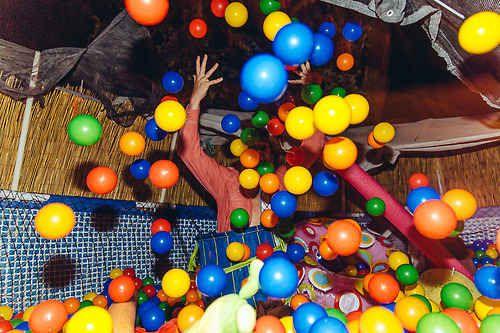 Coloque uma piscina de bolinhas na festa. | 31 ideias extremamente divertidas para casamentos