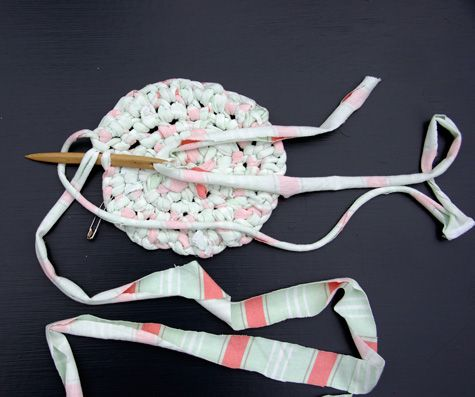 Easy To See And Read Instructions For Making Toothbrush Rag Rugs