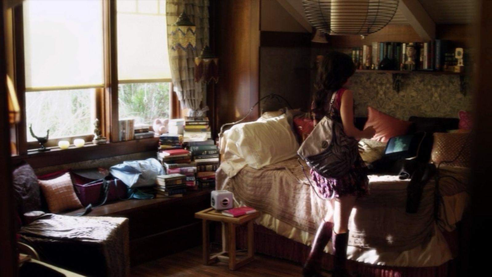 Aria S Bedroom Pretty Little Liars Pretty Little Liars Bedroom Renovation Girl S Room