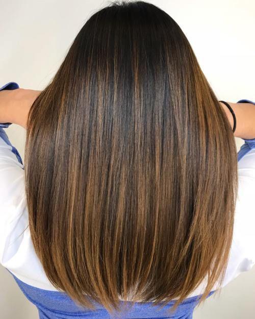 60 Sieht mit Karamell-Highlights auf braunem und dunkelbraunem Haar aus – Abschlussball