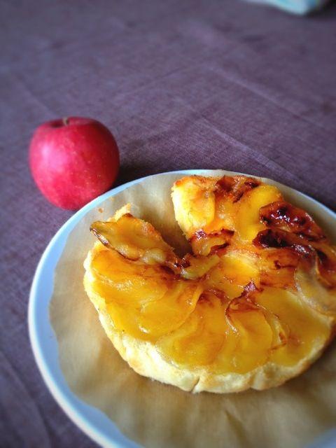 試作です。もっときれいに簡単にできるはず! - 10件のもぐもぐ - タルトタタン風簡単リンゴケーキ by mieapple