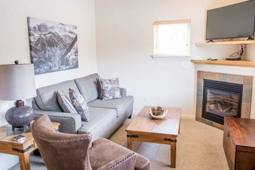 Longs Peak 115 Apartment Estes Park (Colorado) Situated in Estes Park, Longs Peak 115 Apartment is an apartment boasting an outdoor pool. Guests benefit from terrace. Free WiFi is provided throughout the property and free private parking is available on site.  There is a dining area and a...