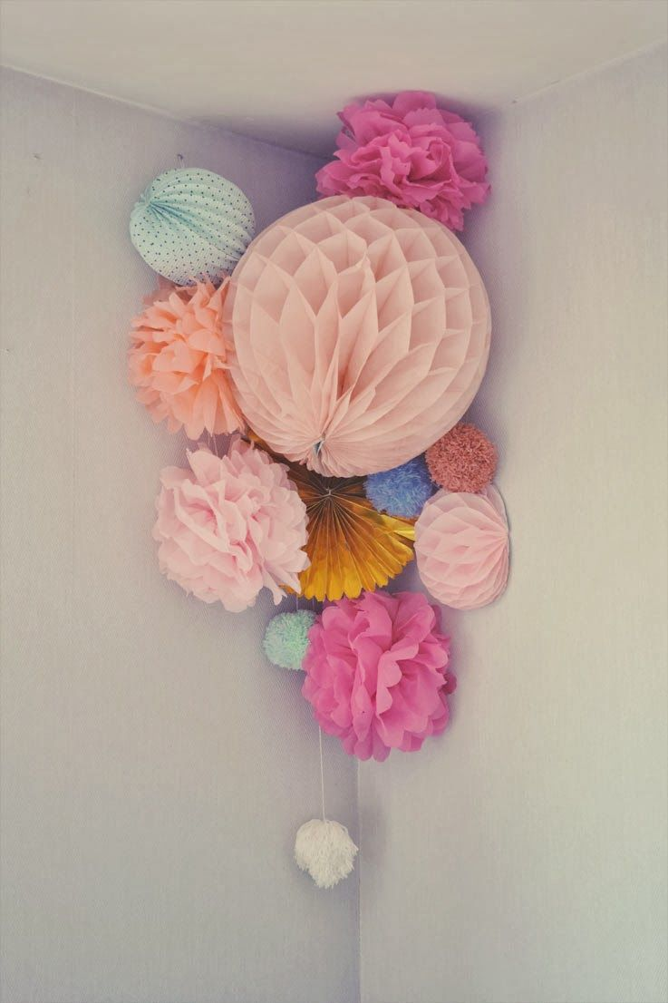 diy suspension pompons en papier diy boule alv ol e diy pompons papier fleur guirlande. Black Bedroom Furniture Sets. Home Design Ideas