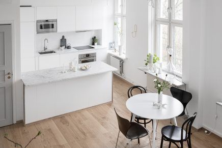 Ruimtelijke woonkamer met open keuken en trap   Keuken by O Liem ...