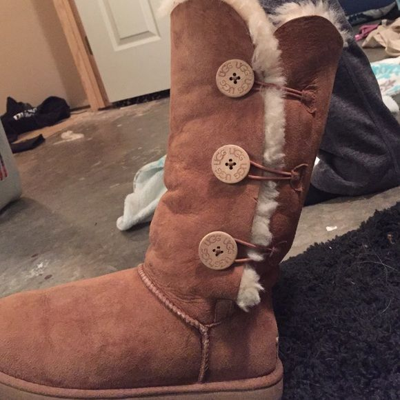 UGG Australia Light brown ugg boots. Hardly warn and in great condition. Comes with cleaning kit!! UGG Shoes Winter & Rain Boots