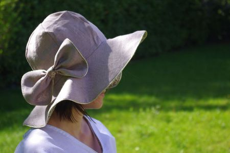 Sewing tutorial in French: La Capelinette-  Reversible, wide-brimmed sun hat for children or adults, from Ivanne Soufflet on Grains de Maïs [blog] (2 May 2012)