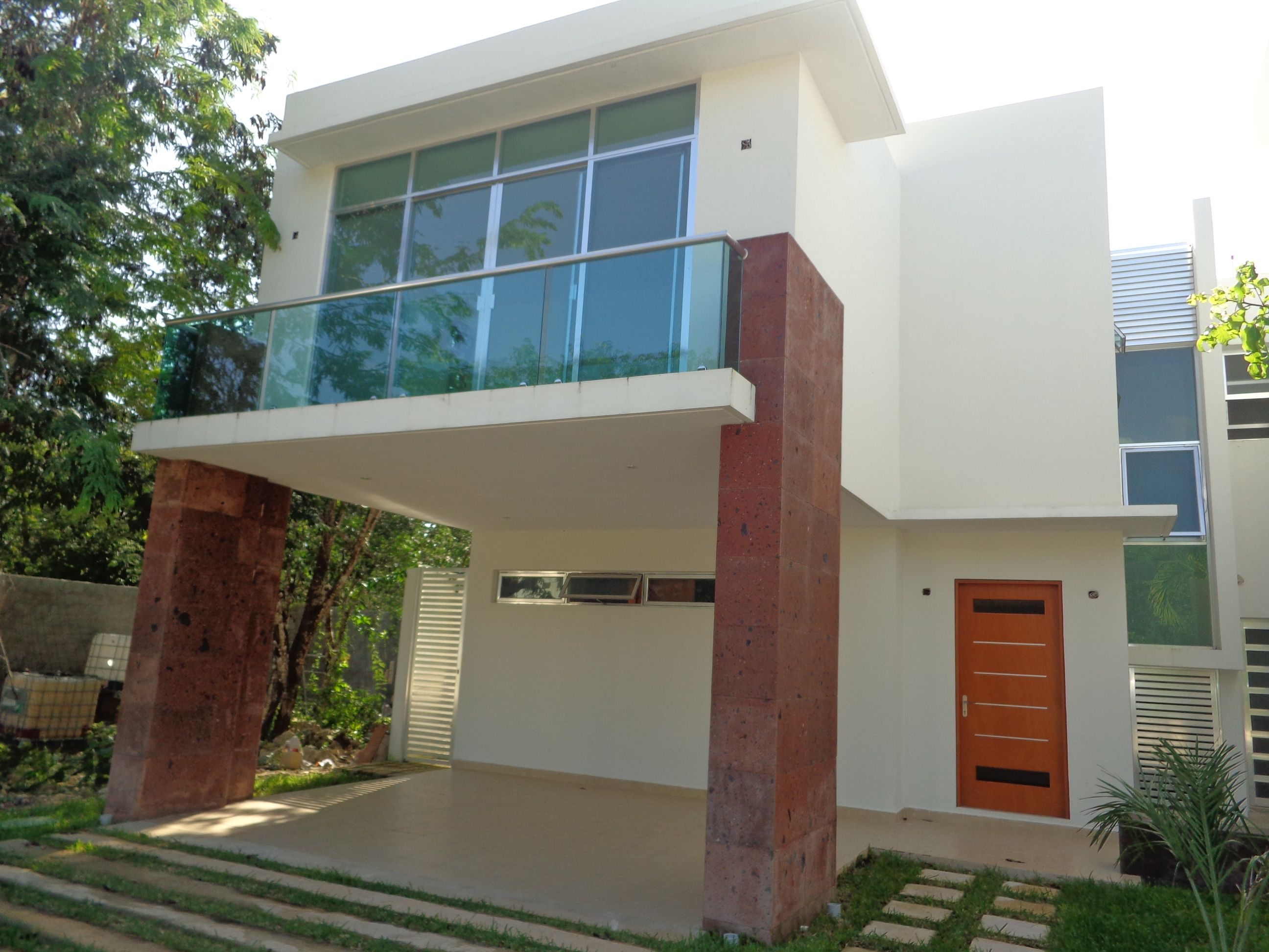 Hermosa casa de 3 rec maras de estilo moderno con for Casas para jardin infantil