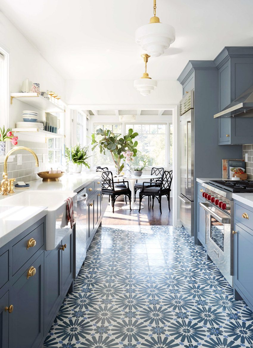 Armarios em azul e piso de ladrilho dão charme à cozinha