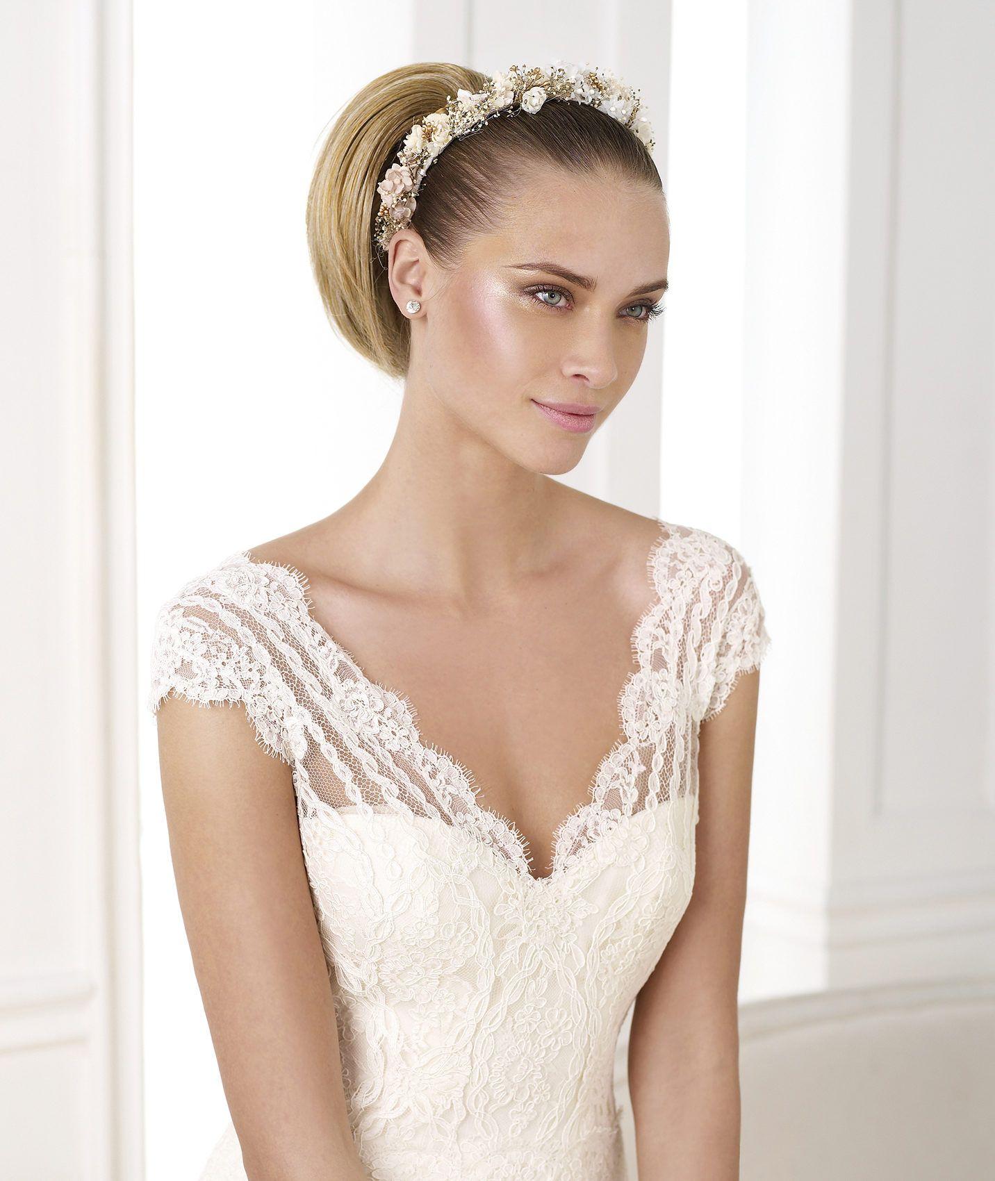Pronovias 2018 / Les mains savantes et expertes de nos couturières  transforment les tissus les plus nobles en créations haute couture. Des  robes de mariée