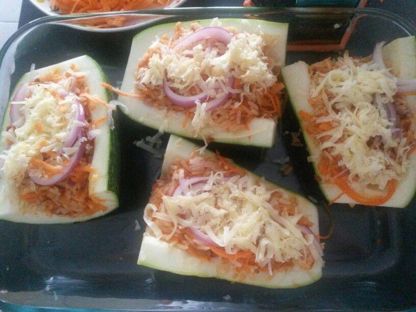Zapallito italiano Arroz con salsa roja Queso Zanahoria rayada Carne molida