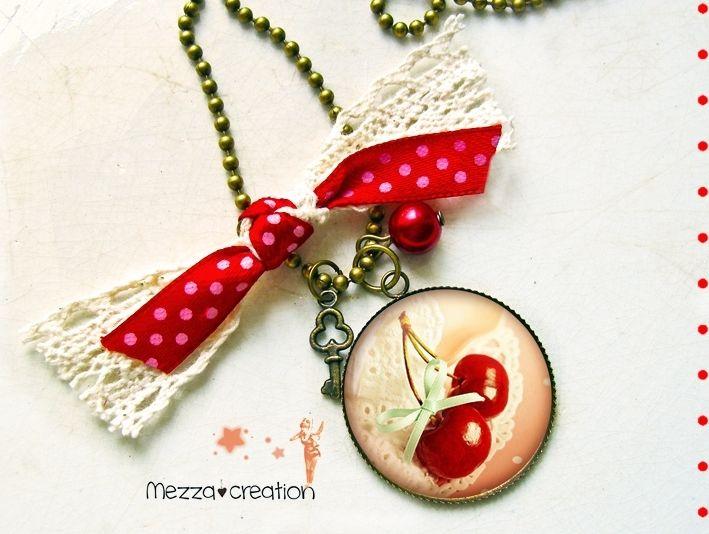 Sautoir ° Cerise et dentelle ° fruit rouge clé collier rétro