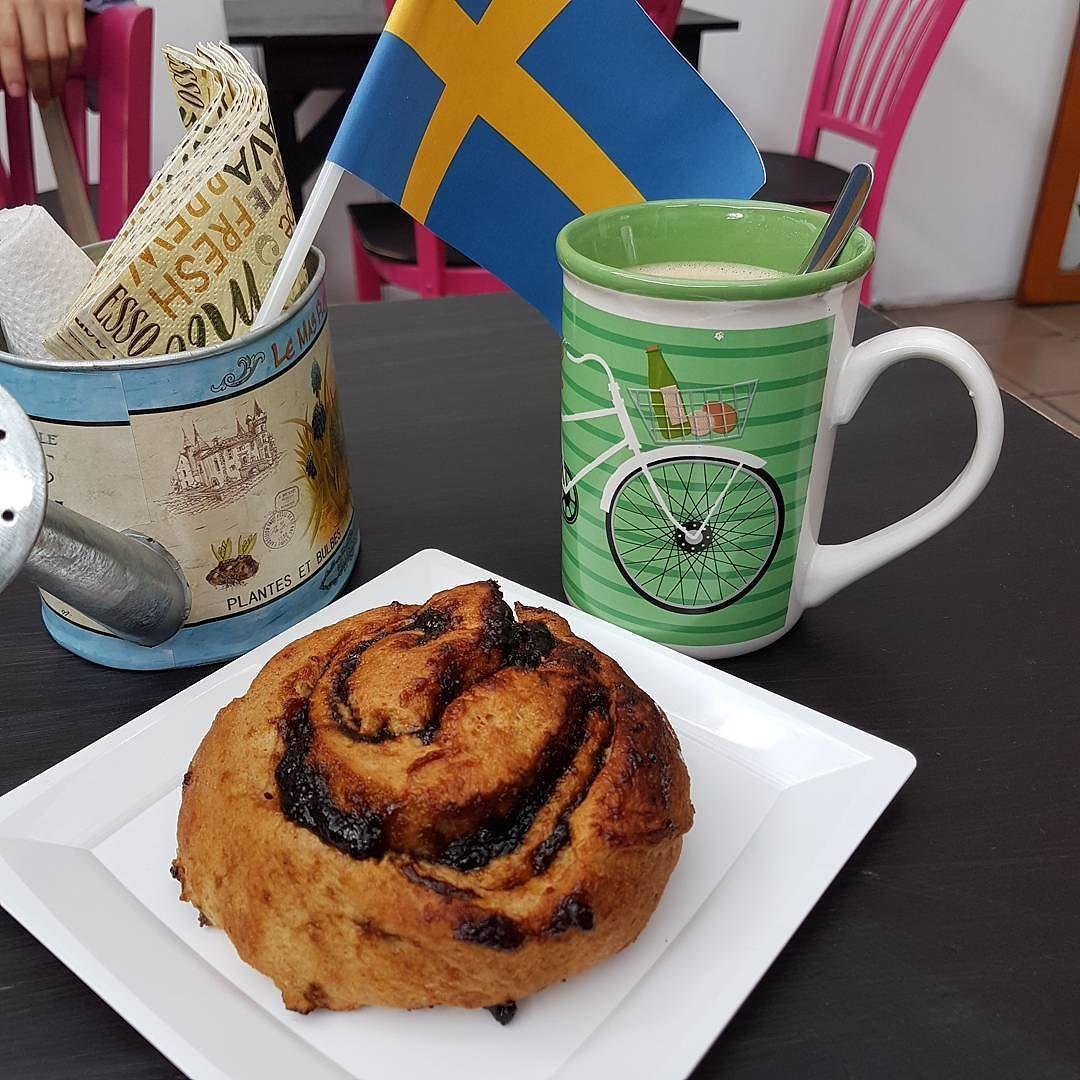 Hoy celebrando el #KanelbullensDag en #Brödbutiken (día del rol de canela en sueco) con un rol de higo!  y #cafenecesario