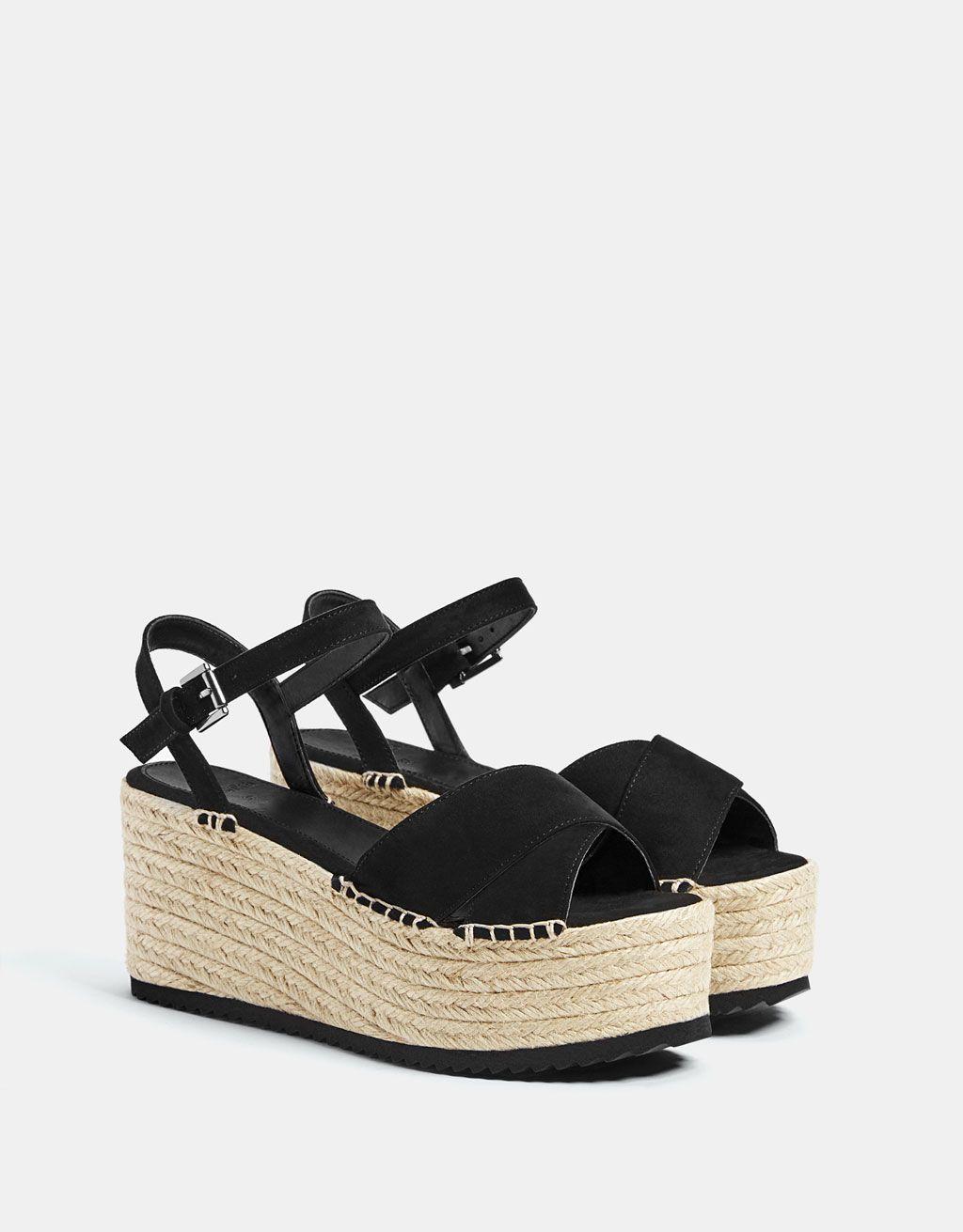 60a1d9a418 Sandalia plataforma yute negra. Descubre ésta y muchas otras prendas en  Bershka con nuevos productos cada semana