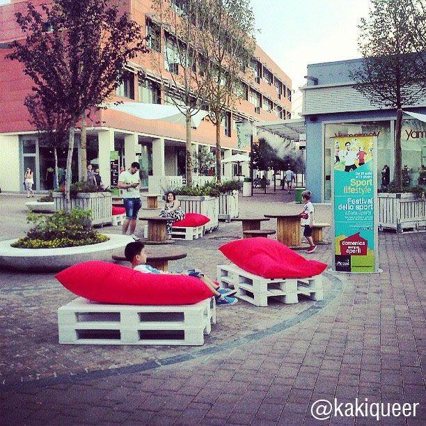 La piazza centrale è sempre più lounge :-)  E stasera sarà fantastica!  La foto è di @kakiqueer  Scatta a Le Piazze, aggiungi #instapiazze e la tua foto va in mostra sui nostri ambienti social! #lepiazze #lifestyle #shopping #castelmaggiore