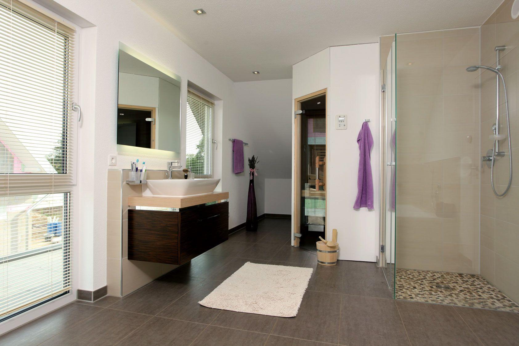 Wohnideen - Badezimmer mit Sauna und ebenerdiger Dusche ...