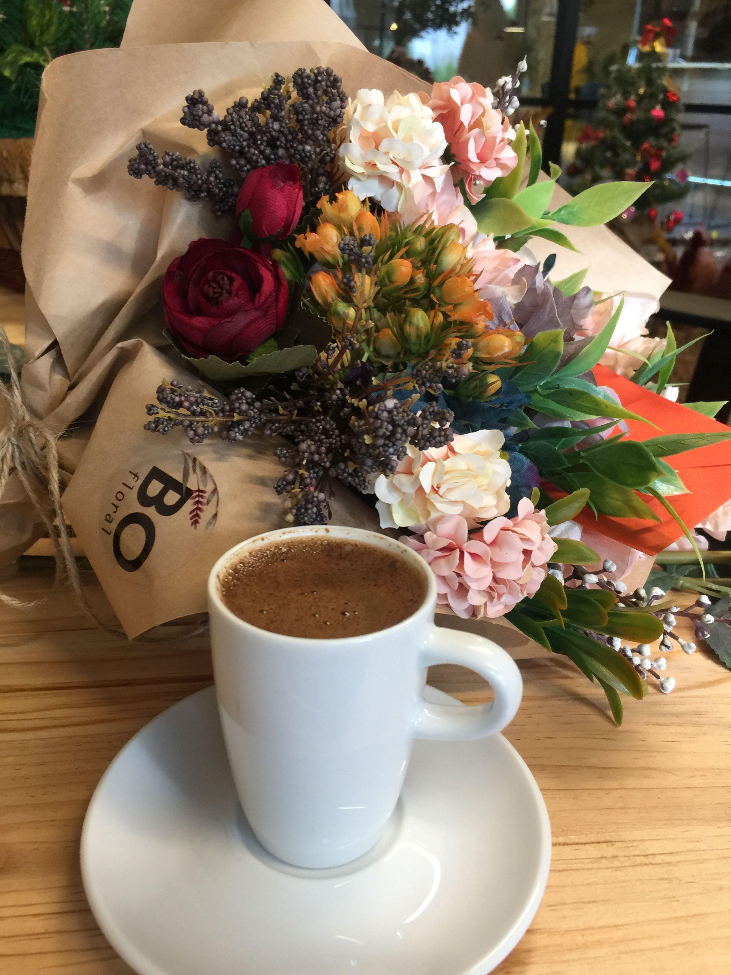 красивый букет цветов и чашка кофе составленный готовый