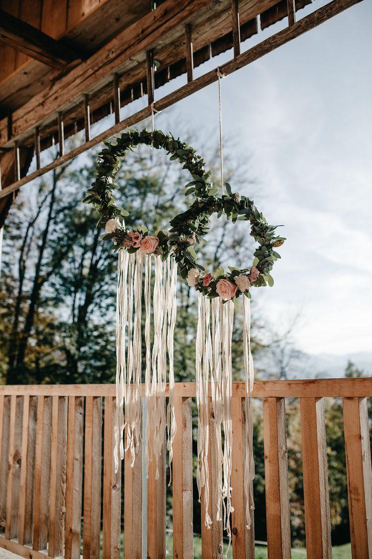 Hochzeitsdekoration Boho Kränze, Blumenkränze Hochzeit, Hochzeitsdeko Blumen rosa, Hochzeitsdeko Boho, Hochzeitsdeko Kränze #hochzeitsdeko #blumenkränze Rustikale Inspirationen für die Boho Hochzeit