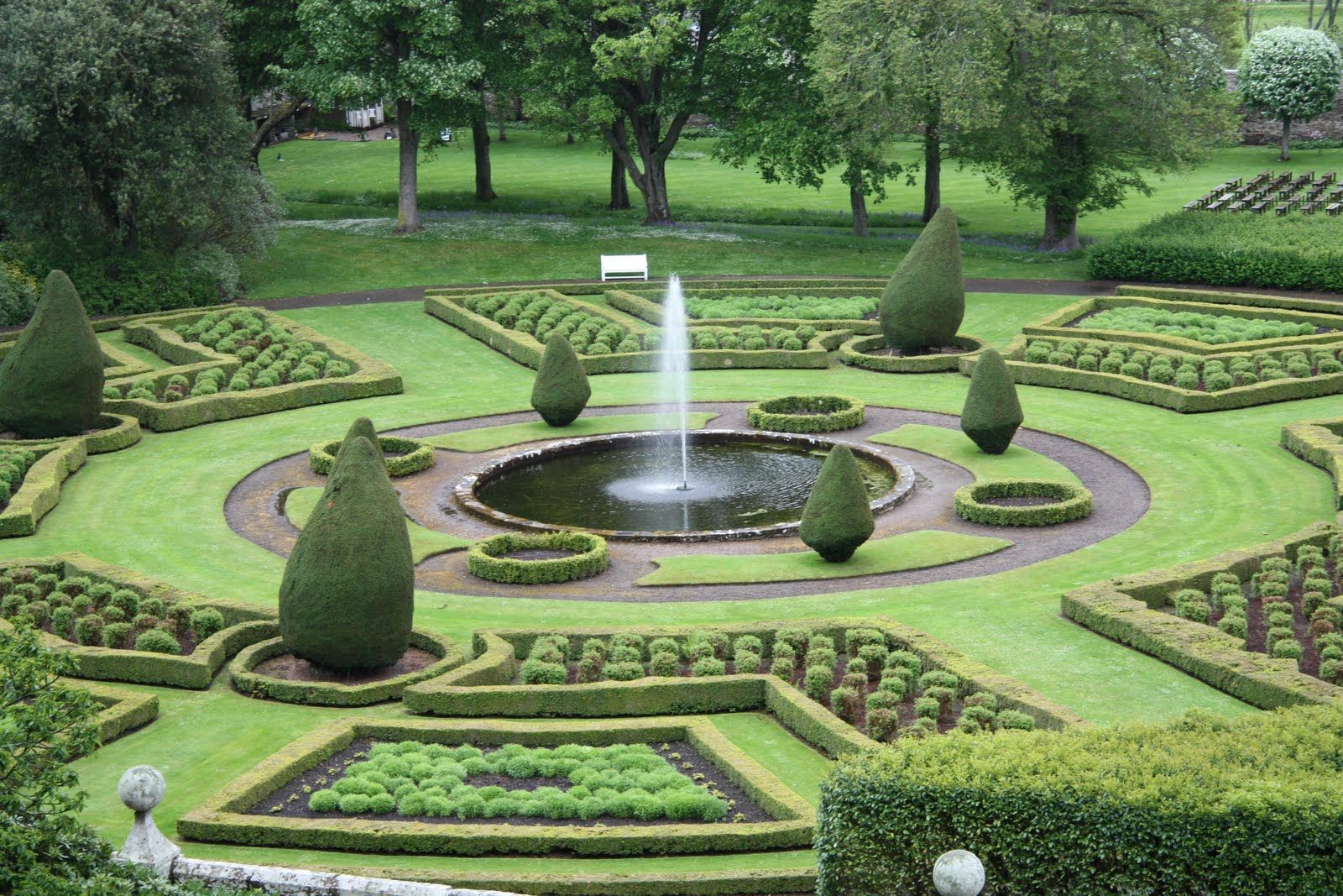 Aonach Mor Luxury Holiday Accommodation: Beautiful Gardens Dunrobin Castle