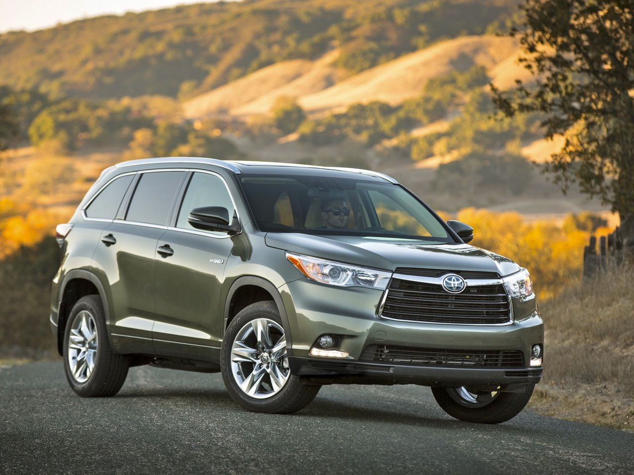 2014 Toyota Highlander Review Bigger And Better Toyota Highlander Hybrid Toyota Suv Fuel Efficient Suv