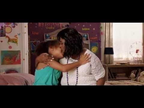 Black or White officiel trailer - danske tekster  Efter at have mistet både sin kone og datter bliver Elliots (Kevin Costner) eneste holdepunkt i tilværelsen barnebarnet Eloise. Selvom sorgen vægter tungt, er Elliot i stand til at finde glæde i livet sammen med hende. Men så melder Eloises farmor, Rowena (Octavia Spencer) sig pludselig på banen. Hun vil have forældremyndigheden og genforene Eloise med den afroamerikanske kultur, hun selv kommer fra. Elliot har ikke t�