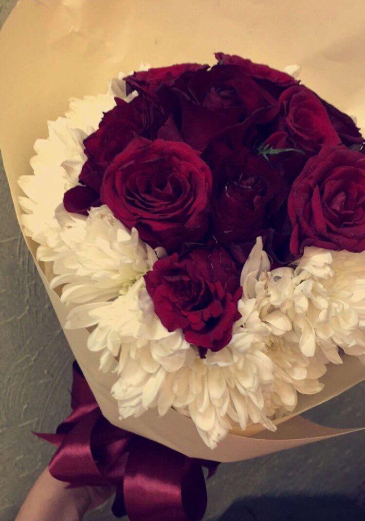 همسك بعطر الورد م ترف وغرقان مدري هو أنت العطر أو العطر فيك Flower Art Images Flower Drawing Images Flower Aesthetic