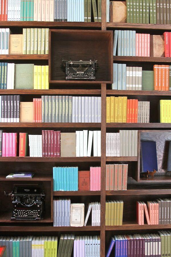 #Boekenkast geordend op kleur