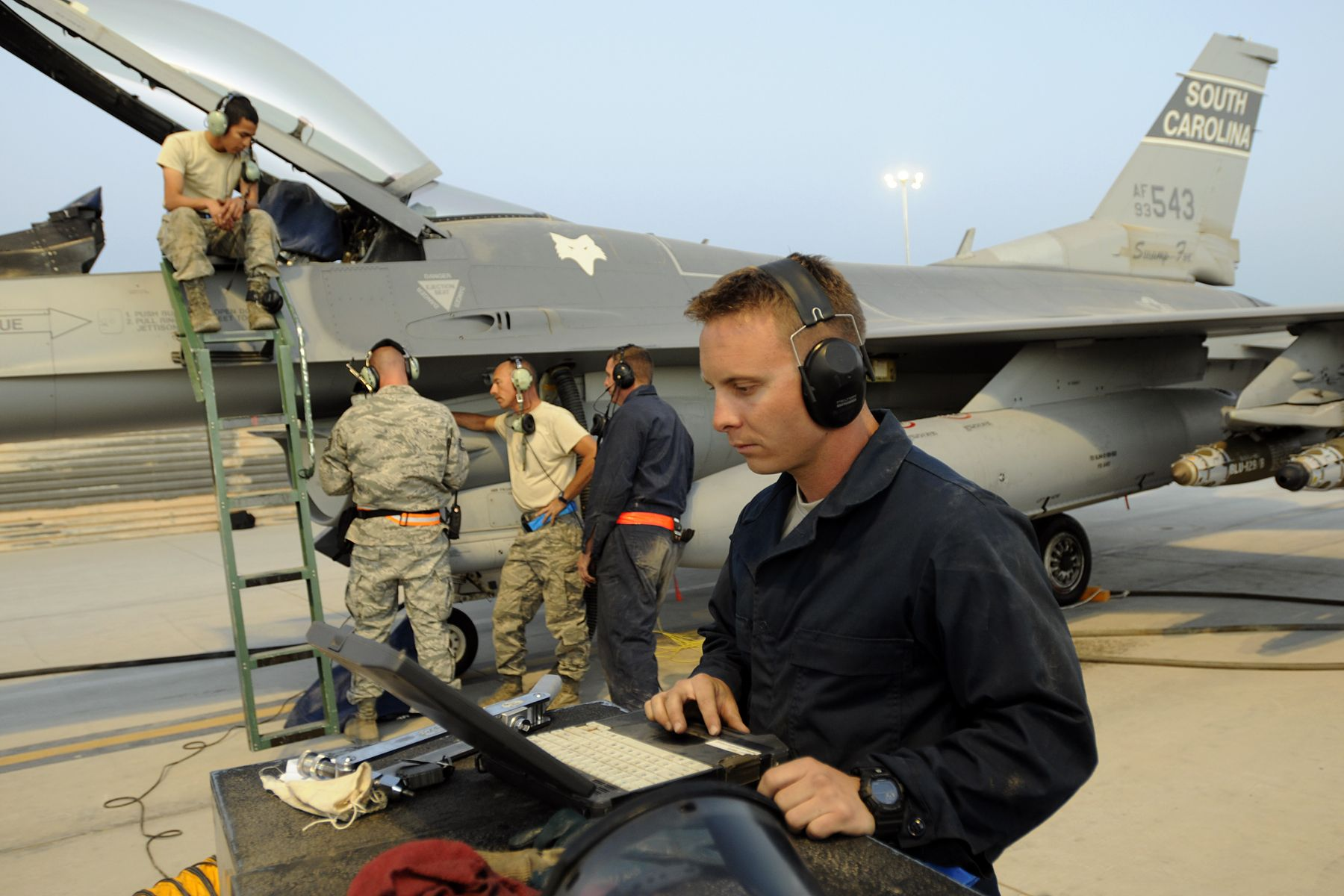F-16CG CREW CHIEF MAINTENANCE
