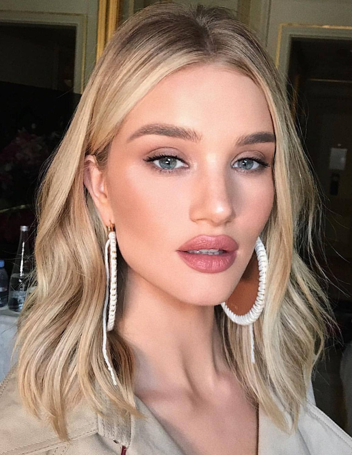 Rosie Huntington Whiteley makeup and hair style look