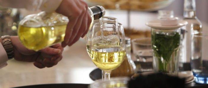 201503-mxm-witte-wijn-inschenken-w1404