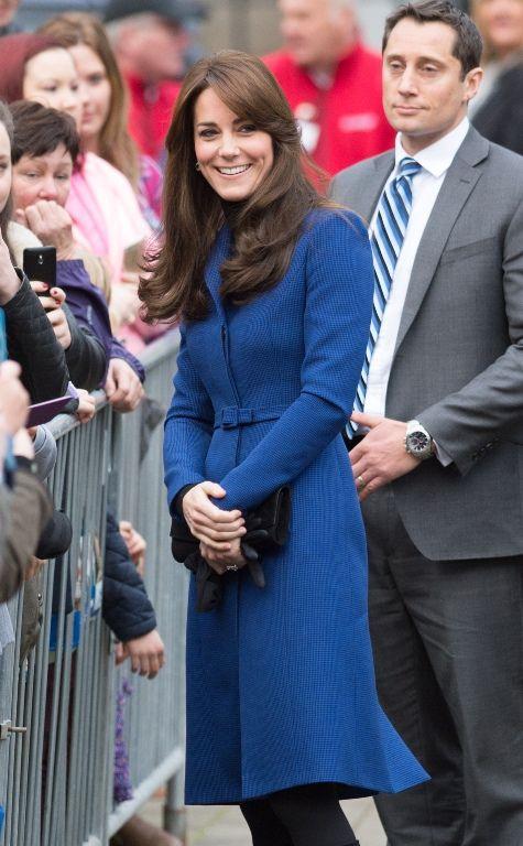 Kate Middleton  Με το πιο τέλειο μπλε παλτό που έχουμε δει!  a2aafd04481