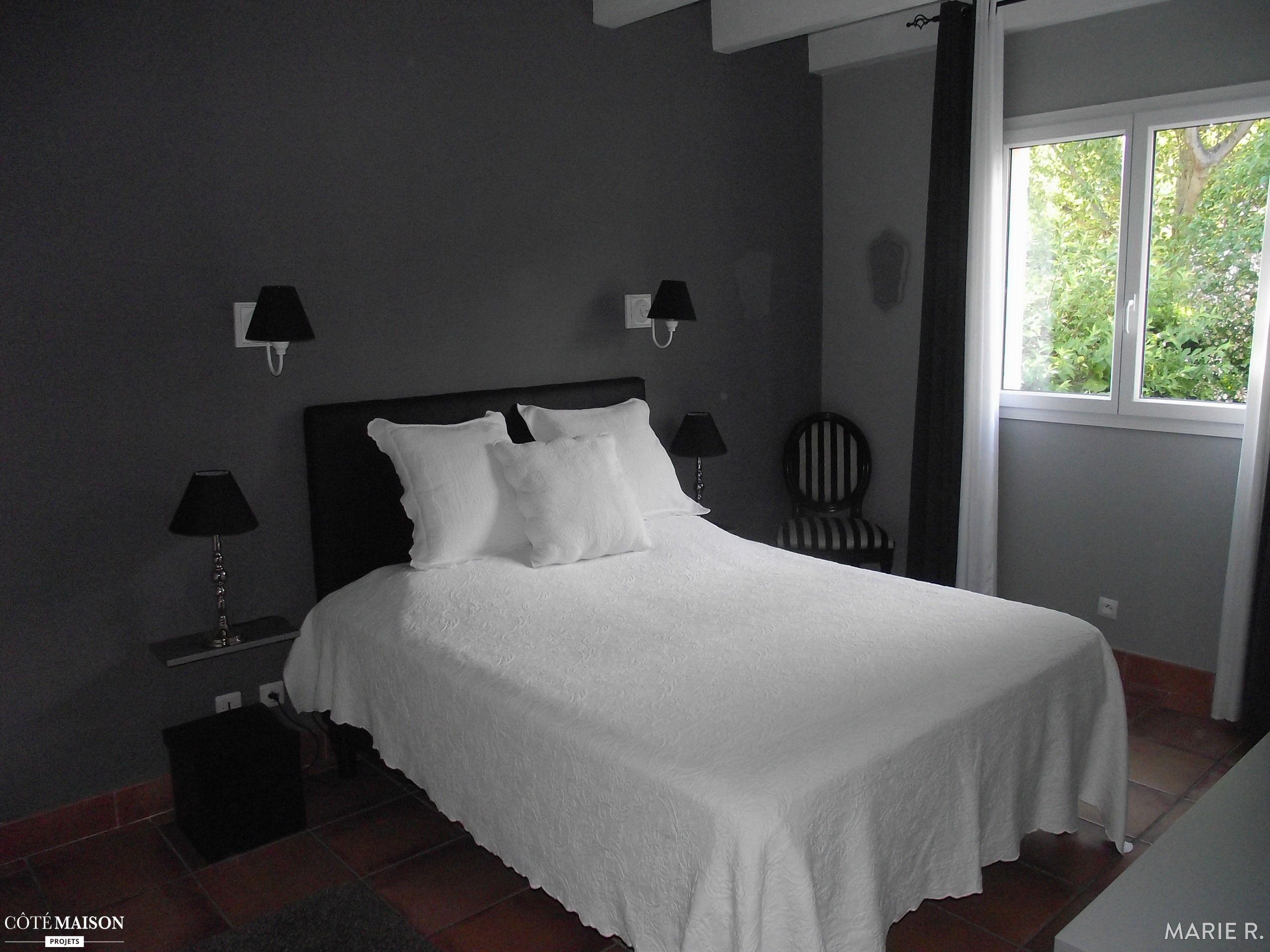 Une chambre grise aux poutres blanches apparentes Charmant