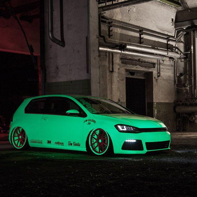 Spezial-Folie bringt diesen VW Golf auch im Dunkeln zum Leuchten #sweetcars