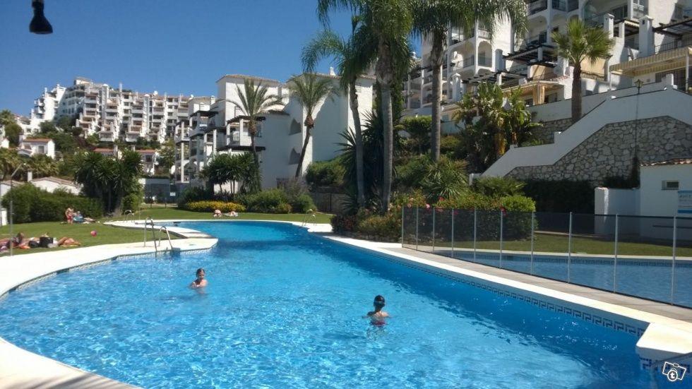 Viikkovuokralle aurinkoinen alakerran kaksio suositulta Calahondan alueelta, Marbellan ja Fuengirolan puolivälistä. Viihtyisä asunto, jossa vietät lomasi nautinnolla. Olohuone, jossa on takka. Käynti rauhalliselle ja aurinkoiselle terassille. Yksi ma...