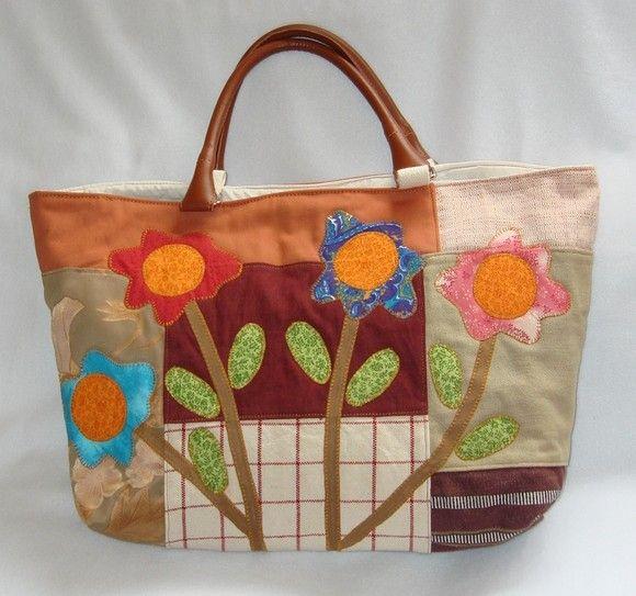 f59deb2b9 Bolsa em Patchwork,confeccionada em sarja de diversas cores com aplicações  de ramos de flores