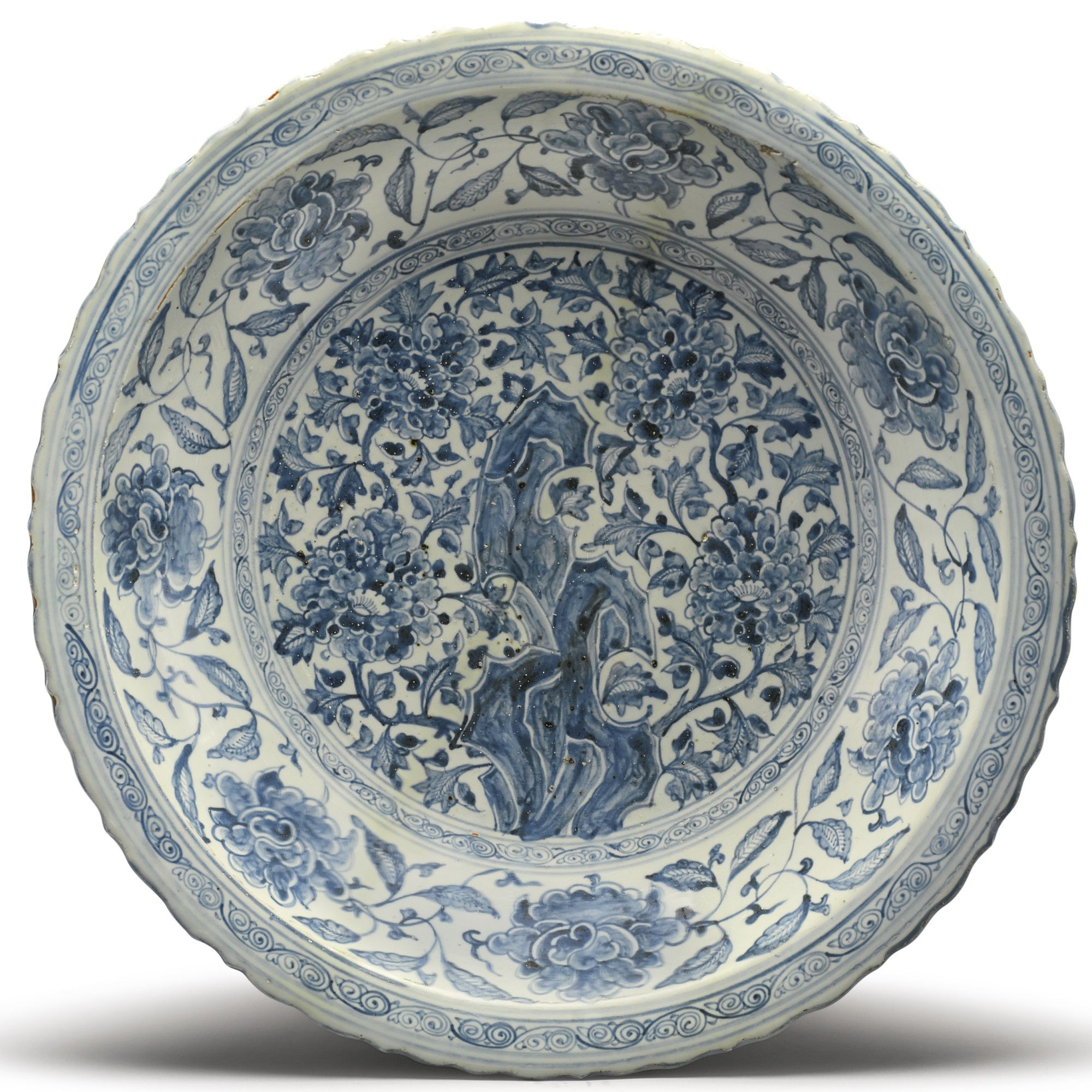A LARGE BARBED-RIM BLUE AND WHITE 'PEONY' DISH | MING DYNASTY 15TH / 16TH CENTURY  |  Sotheby's