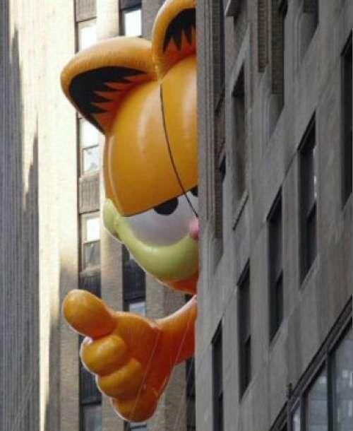 Garfield Gives Thumbs Up At The Macys Thanksgiving Day Parade 2006 Macy S Thanksgiving Day Parade Thanksgiving Day Parade Macys Thanksgiving Parade