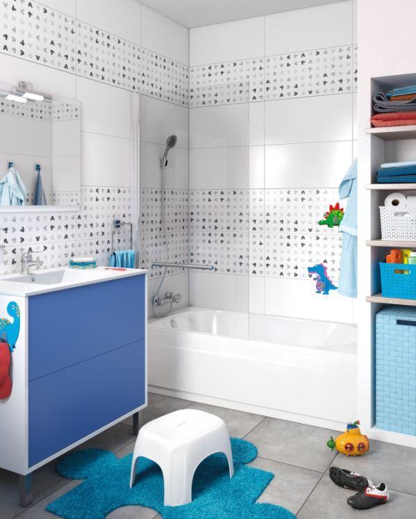 Un Baño Divertido Combiando Cerámica Lisa Y Estampada Para Decorar Sin Saturar Baños Para Niñas Decoración De Baños De Niños Manparas De Baño
