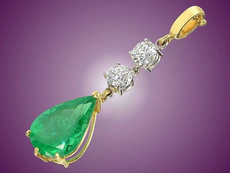 Ca. 40mm lang, ca. 3g, 18K Gold, aufklappbare Öse, sehr feiner Smaragd von ca. 3ct im Tropfenschliff sowie 2 Brillanten im oberen Qualitätsbereich jeweils ca. 0,4ct, dazu neuwertige Samtkordel.